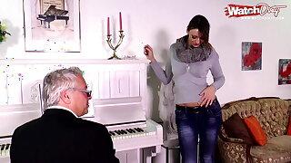 Der Klavierlehrer bumst die junge Studentin